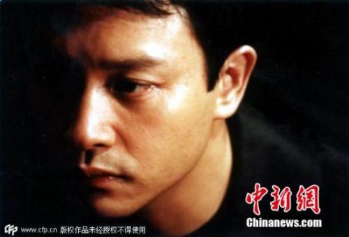 图为张国荣主演的故事片《异度空间》剧照。这也是他主演的最后一部电影,当时的张国荣已经饱受抑郁症困扰。 图片来源:CFP视觉中国