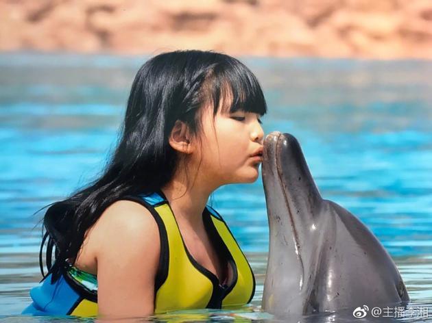 王诗龄亲吻海豚