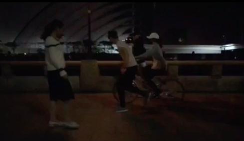 邓紫棋学骑自行车