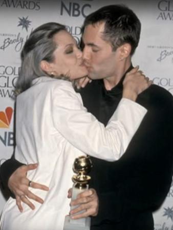 朱莉和亲哥哥詹姆斯亲吻