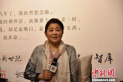 倪萍(前排右一)与好友赵忠祥(前排中间)等人合影。北京长江新世纪供图