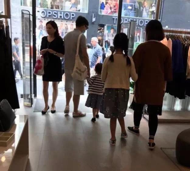 黄磊一家四口现身香港  多多贴心搀扶怀孕妈妈