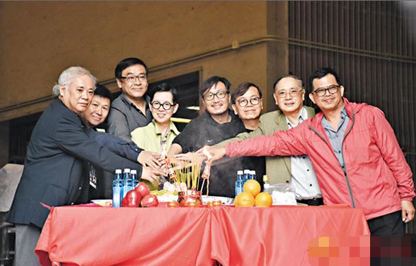 郑中基(右四)昨天出席金像奖拜神仪式