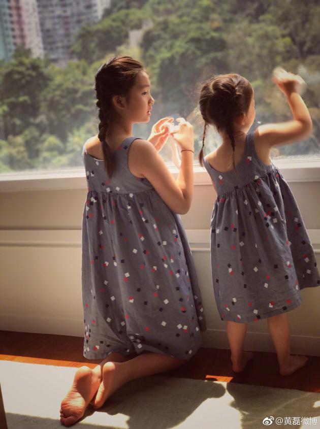 黄磊在微博晒出两个女儿合照