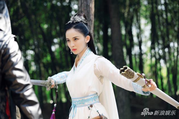 娜扎手持利剑英气逼人