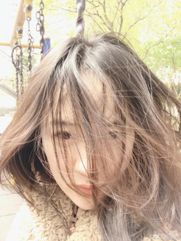 风中尽显凌乱美  霍思燕微博晒照自称是姐姐