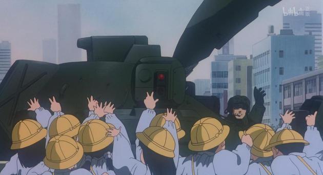 《机动警察剧场版2 和平保卫战》中,不谙世事的孩子们和遍布东京的自卫队军人打招呼