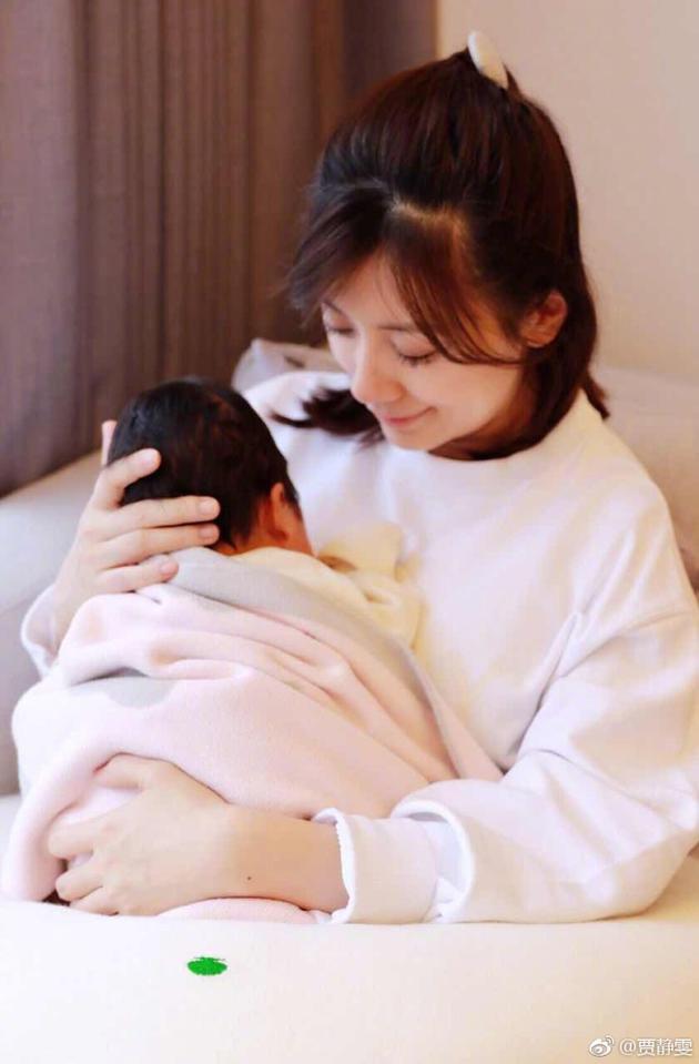 贾静雯产后晒怀抱女儿照 母爱爆棚露会心微笑