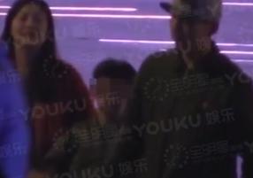 陈羽凡与儿子K歌到深夜,红衣女子随行。