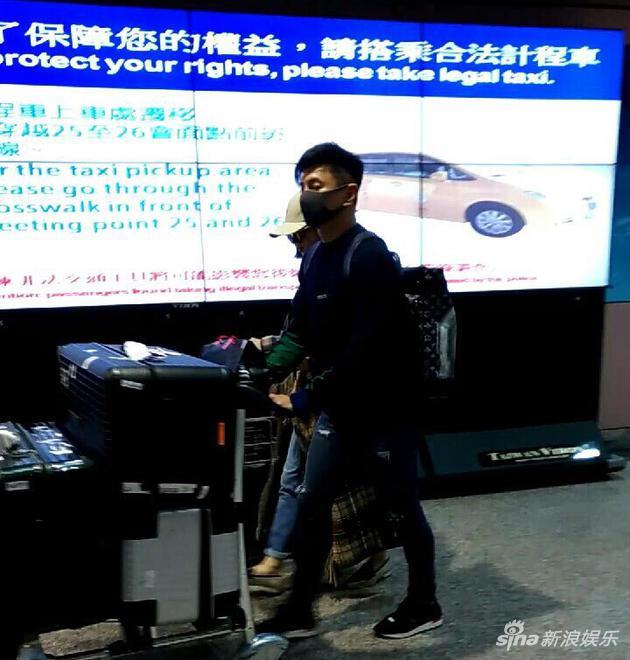 吴奇隆和刘诗诗抵达台湾