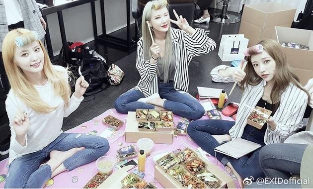 韩女团EXID获粉丝应援 吃饭也要保持造型