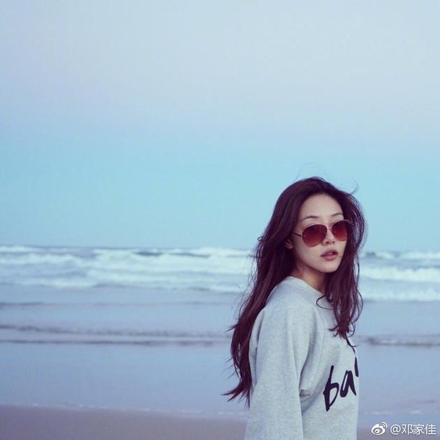 邓家佳沙滩美照
