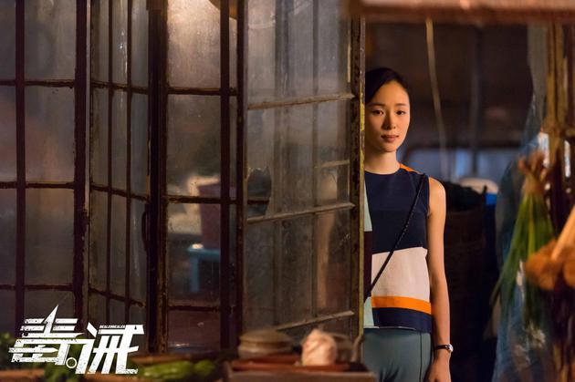 电影《毒。诫》中江一燕成站在大佬背后的女人