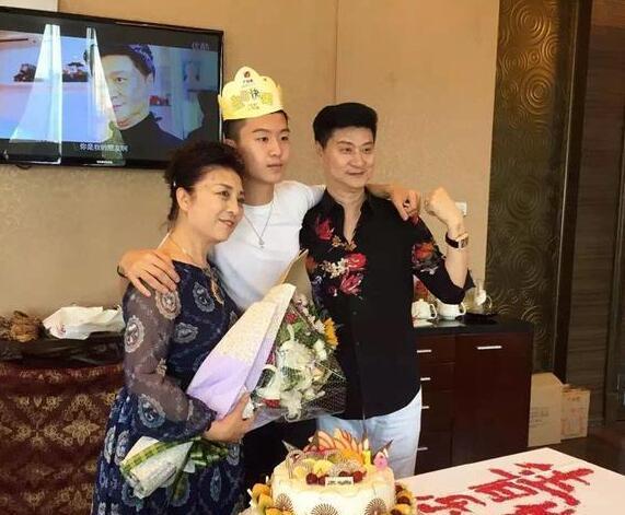 范丞丞16岁生日时与父母合影