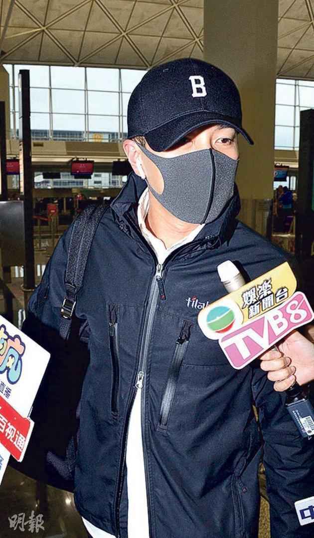 刘恺威昨天(4月15日)全黑打扮以及戴着口罩现身机场,对太太杨幂与女儿的问题一概不回答。