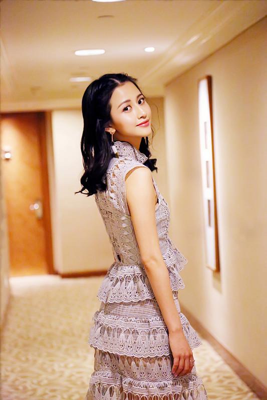陈雅丽当晚身着蓝色镂空礼服