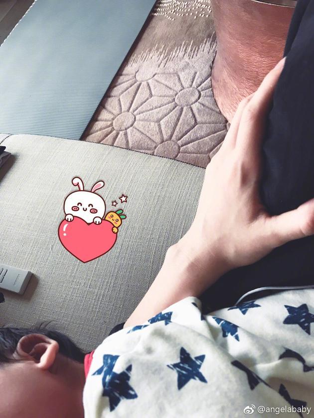 baby化身超人妈妈 左手当枕头给小海绵靠着睡觉