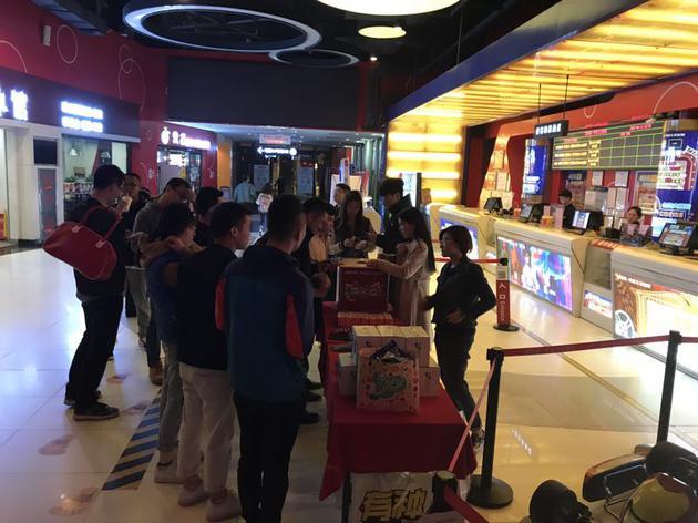 影院为观看零点场的顾客准备的抽奖活动
