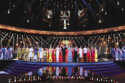担任本次开幕式主持人的是电影频道主持人蓝羽(前排左)和北京电视台主持人栗坤(前排右),吴大维(前排中)担任特邀嘉宾。申宏 摄