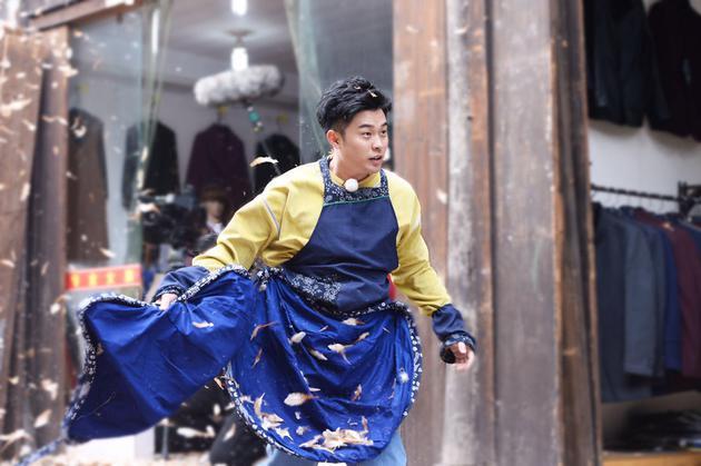 《奔跑吧》陈赫放飞自我 吃纸条还跳老年迪斯科
