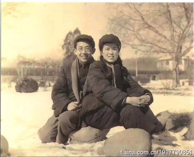 周传基和杨洁的结婚照,摄于青岛中山公园,来自周传基微博