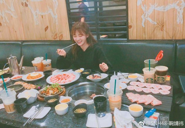 鞠婧发图晒美少女日常:喝烤肉吃咖啡撸猫高中的兰溪图片