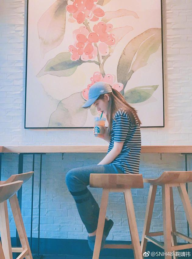 鞠婧祎发图晒美少女日常:喝咖啡吃烤肉撸猫