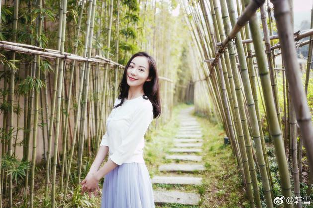 韩雪晒春日出游照 白衣蓝裙低头浅笑太迷人