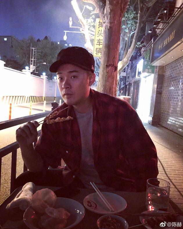 陈赫吃夜宵称路边烤串最接地气 网友:你居然瘦了