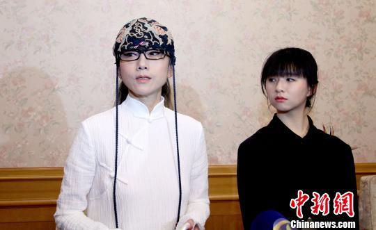 杨丽萍偕小彩旗天津受访。 张道正 摄