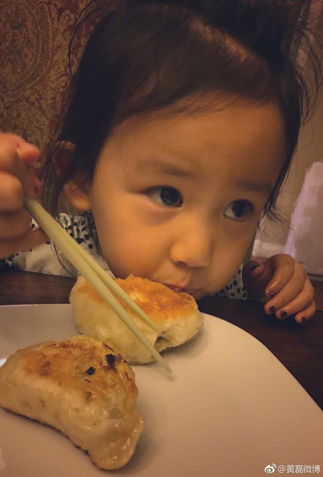 黄磊晒小女儿吃货照 而网友更关注她的手指甲