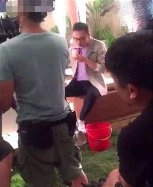 汪涵吐代言方便面惹争议 拍摄团队指责恶意偷拍者