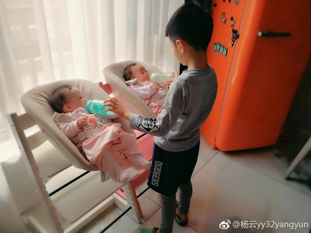 杨阳洋给妹妹喂奶超贴心