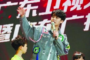 徐浩日前现身广州,为综艺节目《足球火》助阵。