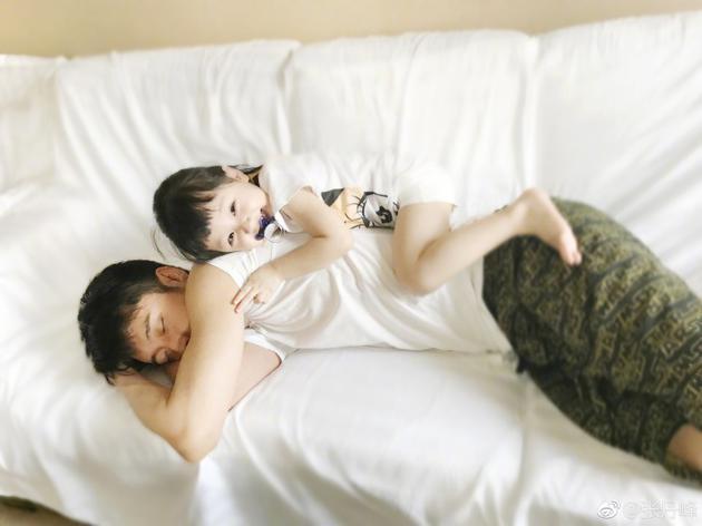 萌爆!张丹峰睡着女儿爬到爸爸背上笑超欢