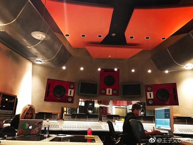 王子文美国录制《欢乐颂2》主题曲 短发格子衫显清爽