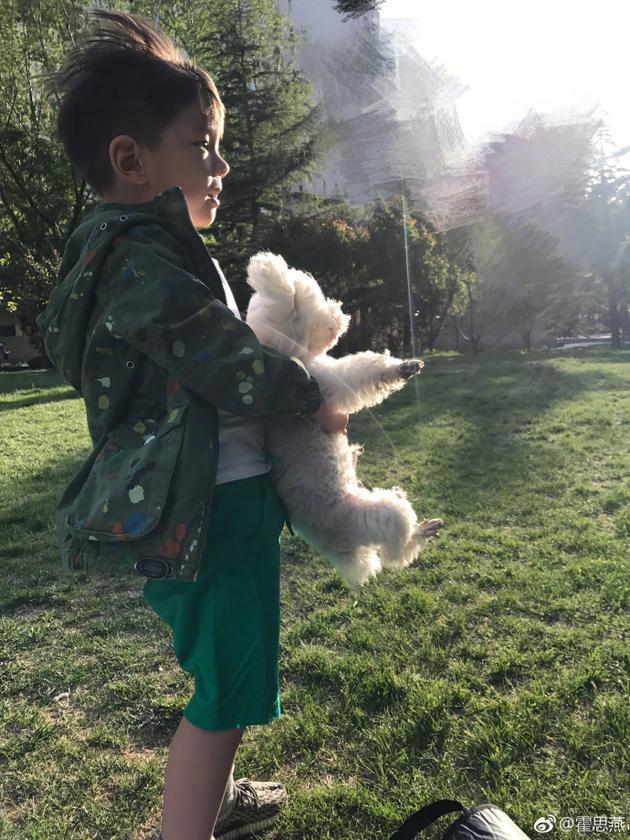 霍思燕带儿子春游