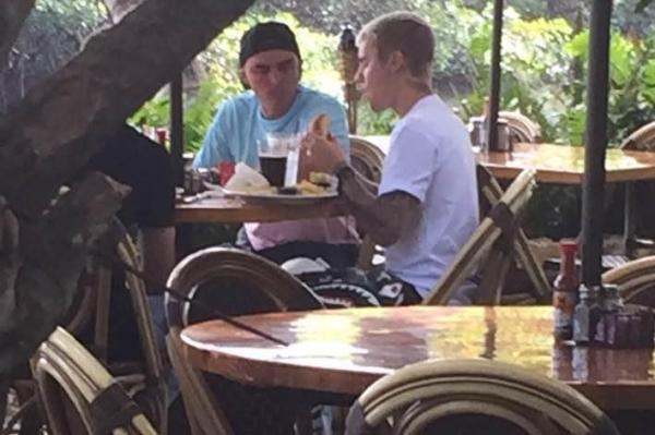 比伯与友人一同就餐 边吃边聊气氛轻松
