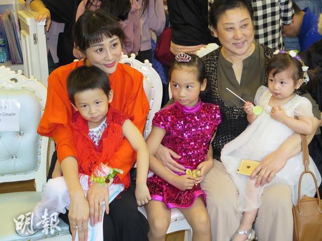 蒋丽莎与三个后代、妈妈一同缺席跳舞黉舍揭幕礼。