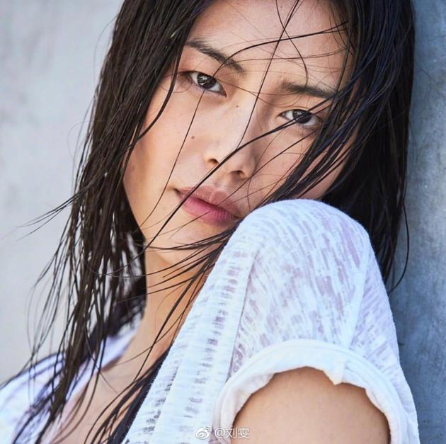 刘雯想念网友发自拍  眼神犀利尽展野性美感