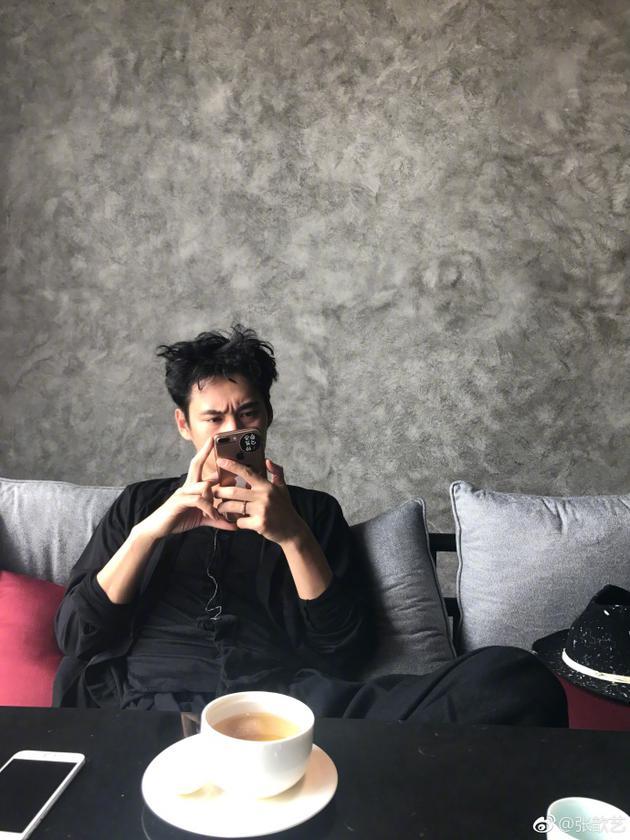 袁弘玩手机