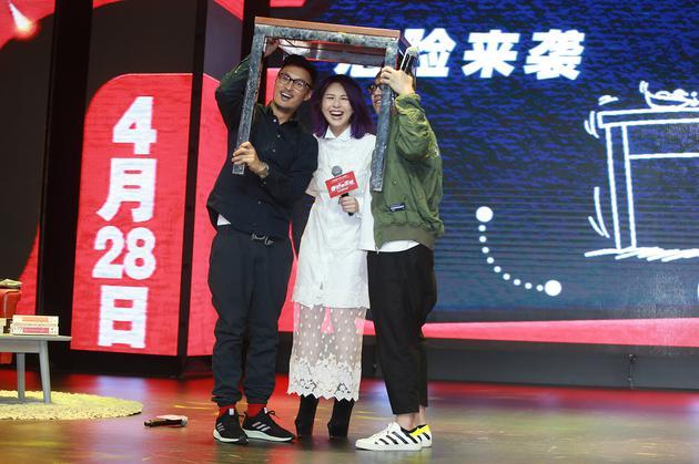 阿乐千嬅与导演彭浩翔示意如何在地震中自救