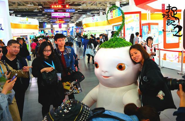 杭州动漫节游客争相与胡巴合影