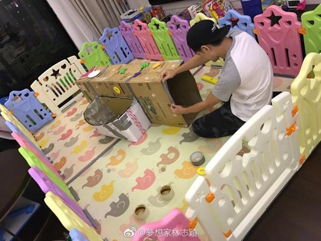 林志颖用旧纸箱为仨儿子做山洞 三子玩嗨露小肉腿