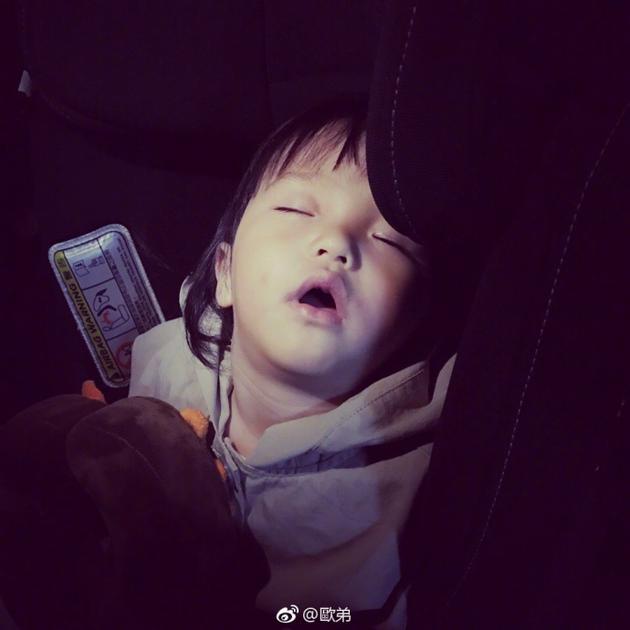 欧弟女儿坐爸爸车熟睡张大嘴