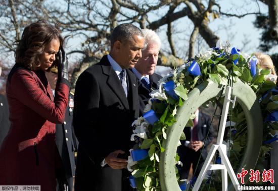 当地时间2013年11月20日,美国阿灵顿,美国总统奥巴马携夫人米歇尔与前总统克林顿和夫人希拉里思念美国前总统肯尼迪,并献上花圈。