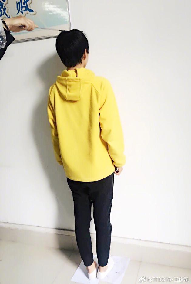 王俊凯晒自测身高不足一米八 网友:孩子太耿直