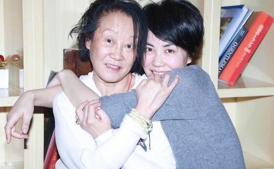 王菲与经纪人陈家瑛情同母女