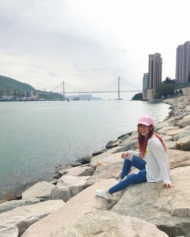 腿瘦了!邓紫棋海边晒自拍 戴粉色帽子少女感十足