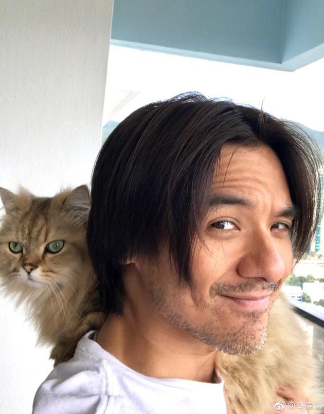 低调秀恩爱!冯德伦晒照肩扛舒淇爱猫